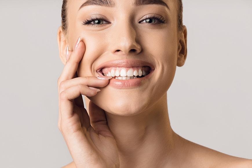 ¿Es posible alinear los dientes sin brackets?